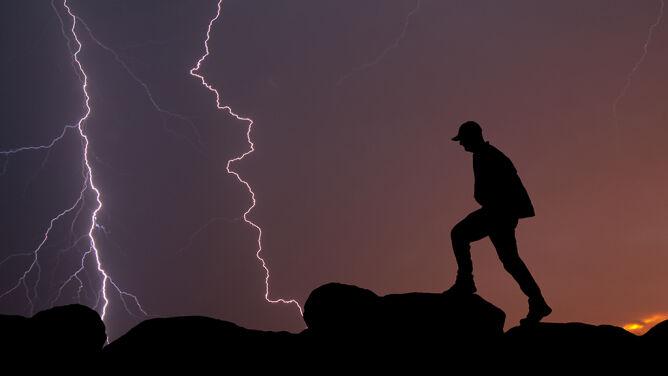W górach, nad wodą, za kierownicą. Jak zachowywać się w trakcie burzy?